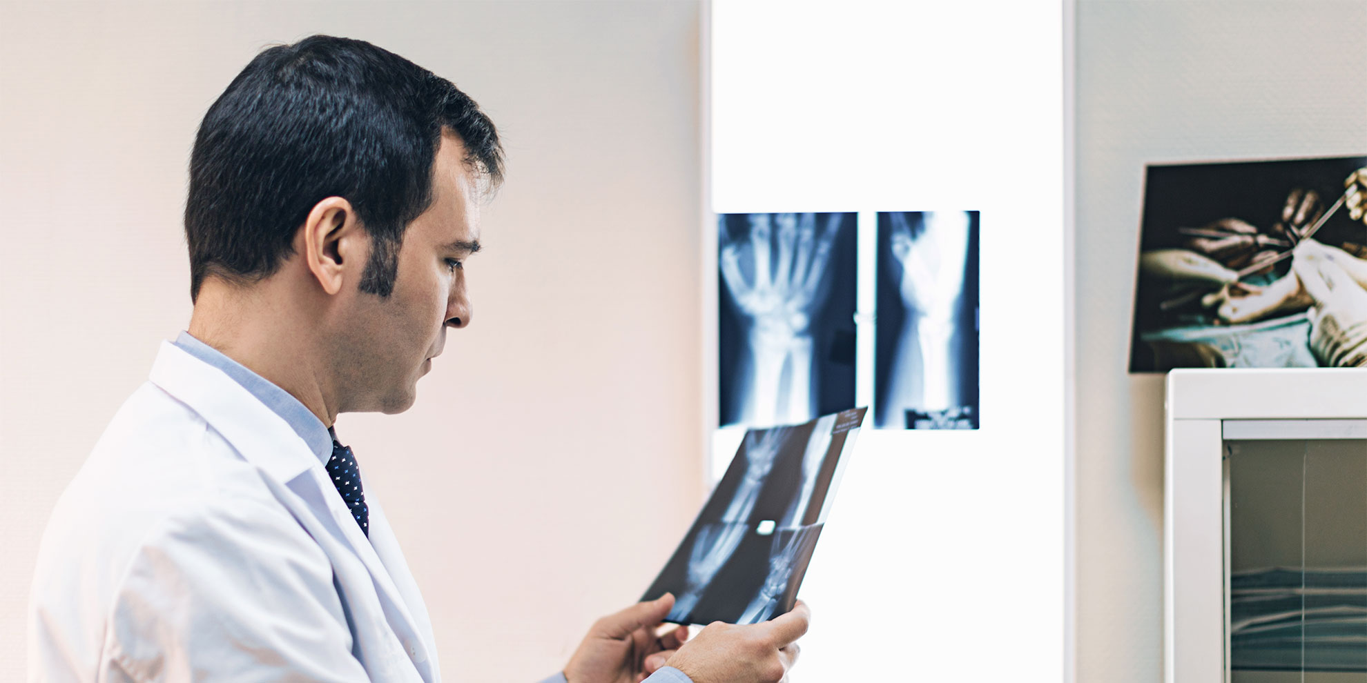 Cirujano de mano. Cirujano ortopédico y traumatólogo.